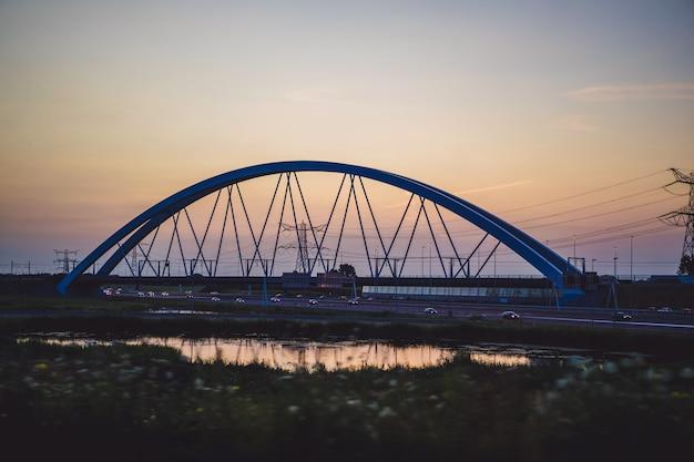 Zachód słońca most nad drogą.