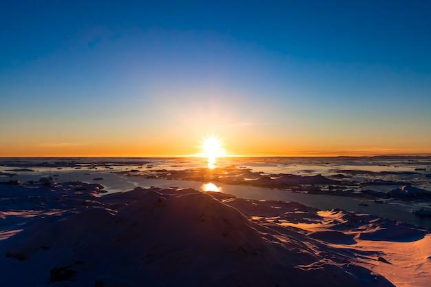 Zachód słońca na antarktydzie