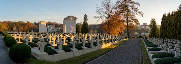 Zachód słońca na historycznym cmentarzu obrońców lwowa na ukrainie