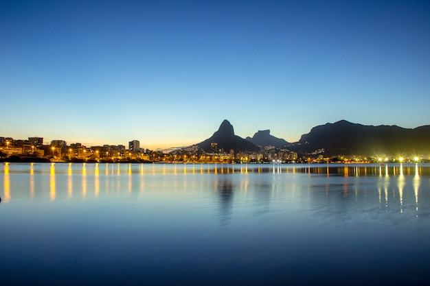 Zachód słońca na lagunie rodrigo de freitas