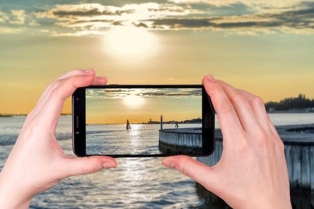 Zachód słońca na lagunie w wenecji we włoszech w letni wieczór