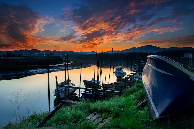 Zachód słońca na molo łodzi