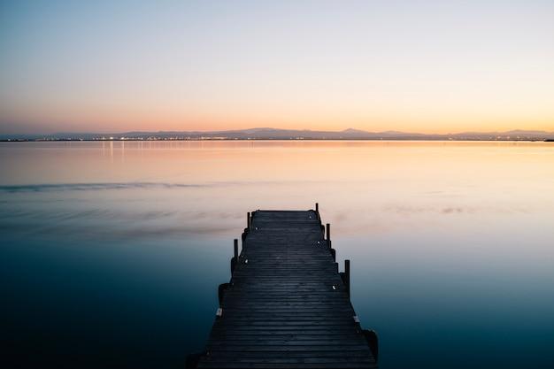 Zachód słońca na molo w parku narodowym albufera w walencji