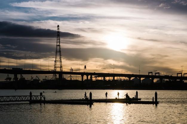 Zachód słońca na morzu i mieście