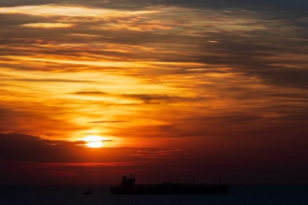 Zachód słońca na morzu kolorowe