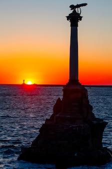 Zachód słońca na nabrzeżu sewastopola.