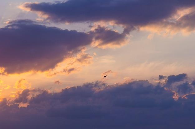 Zachód słońca na niebieskim niebie