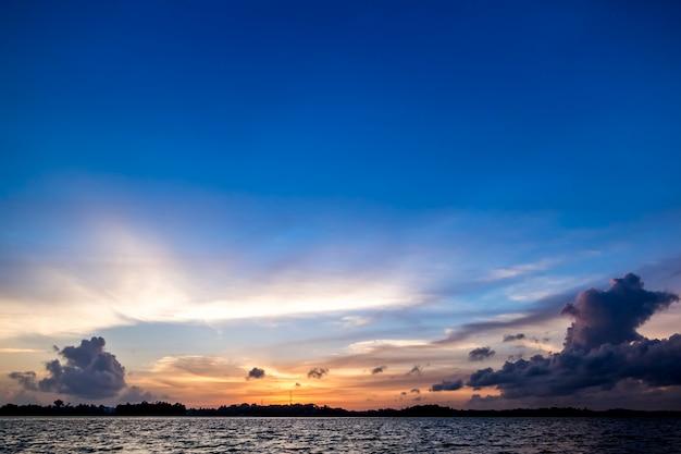 Zachód słońca na oceanie
