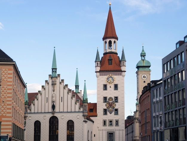 Zachód słońca na panoramę monachium ze słynnym budynkiem starego ratusza, alltes rathaus po niemiecku