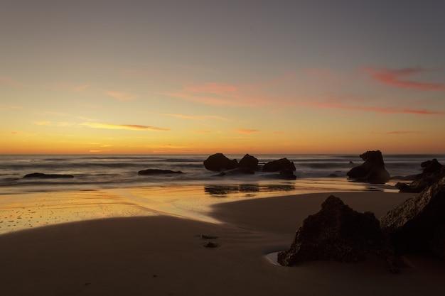 Zachód słońca na plażach chiclana w kadyksie
