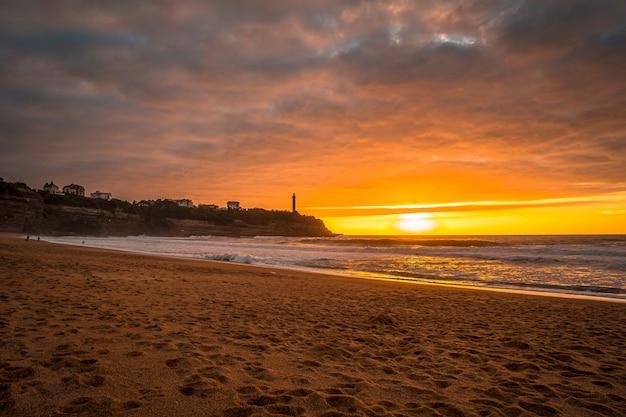 Zachód słońca na plaży biarritz zwanej plażą małego domu miłości