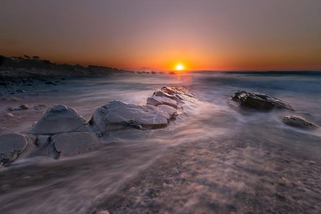Zachód słońca na plaży bidart, kraj basków.