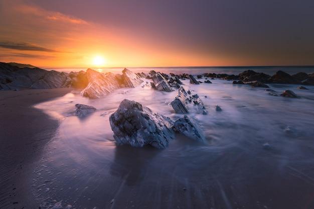 Zachód słońca na plaży bidart obok biarritz, kraj basków.