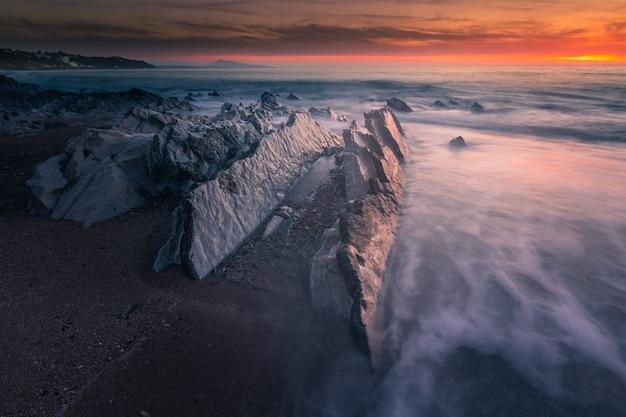 Zachód słońca na plaży bidart, pais vasco.