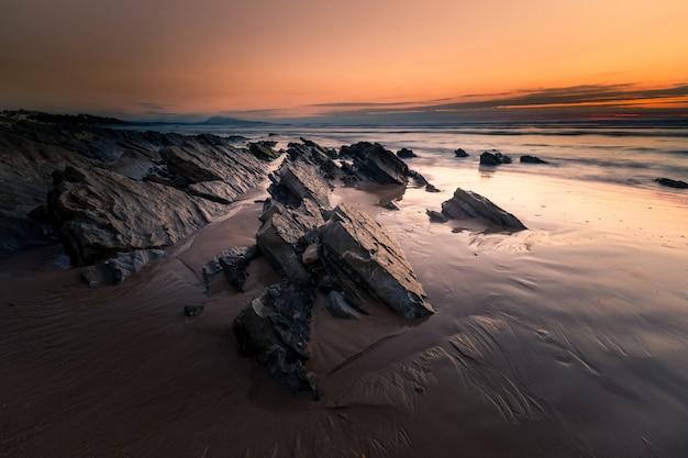 Zachód słońca na plaży bidart w kraju basków.