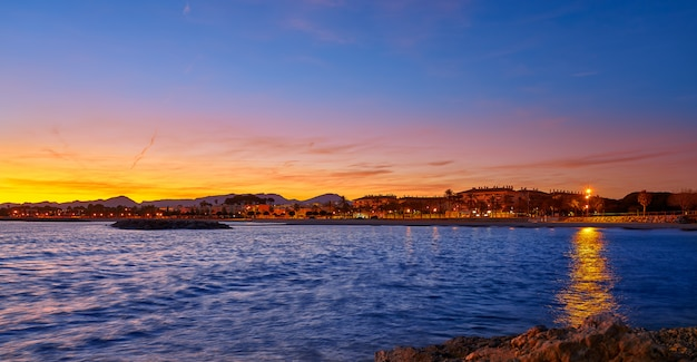 Zachód słońca na plaży cambrils w tarragonie