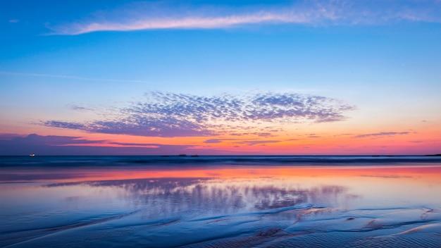 Zachód słońca na plaży. goa