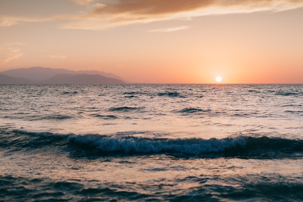 Zachód słońca na plaży kaite w kusadasi. morze egejskie w turcji