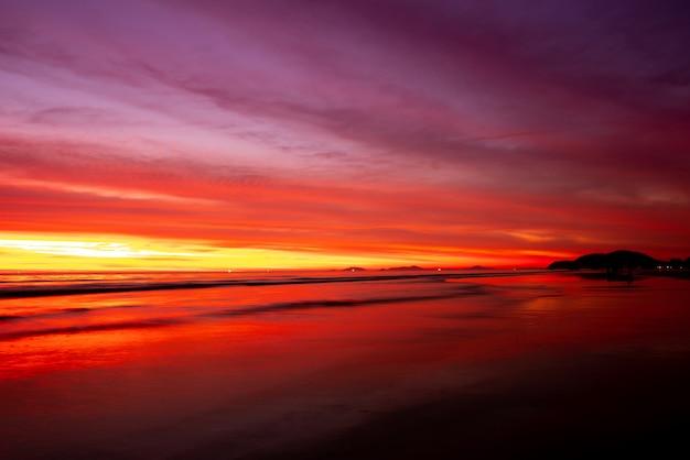 Zachód słońca na plaży latem