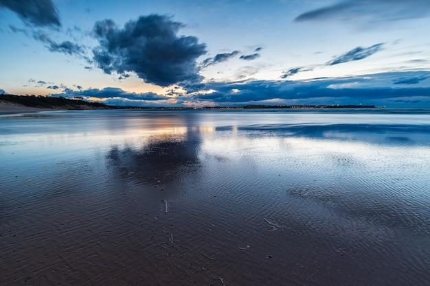 Zachód słońca na plaży loredo.