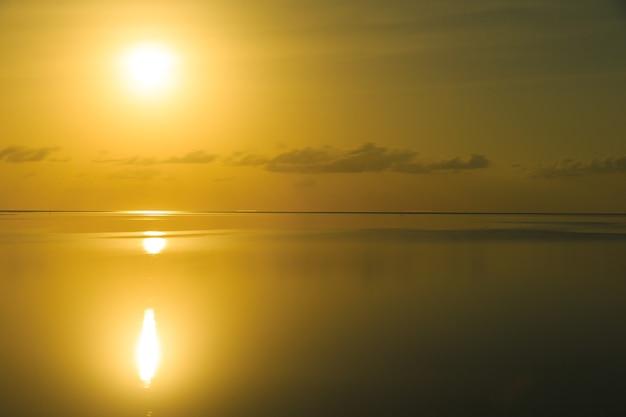 Zachód słońca na plaży malediwów