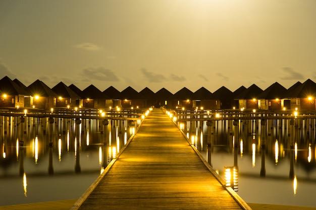 Zachód słońca na plaży na malediwach