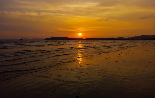 Zachód słońca na plaży. piękno tropikalnej plaży tajlandia wschód słońca na plaży.