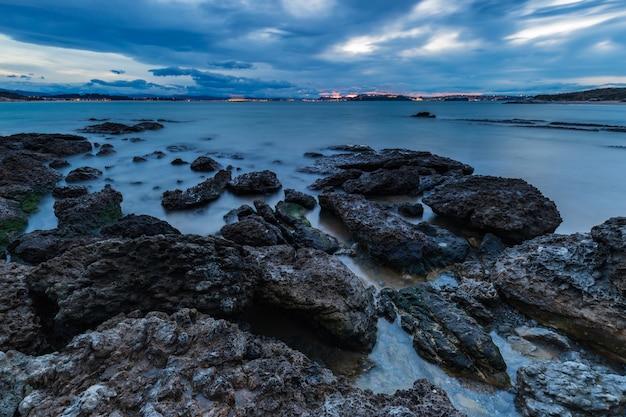 Zachód słońca na plaży tranquilos. kantabria.