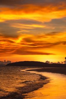 Zachód słońca na plaży tropcal