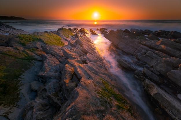Zachód słońca na plaży w bidart, kraj basków.