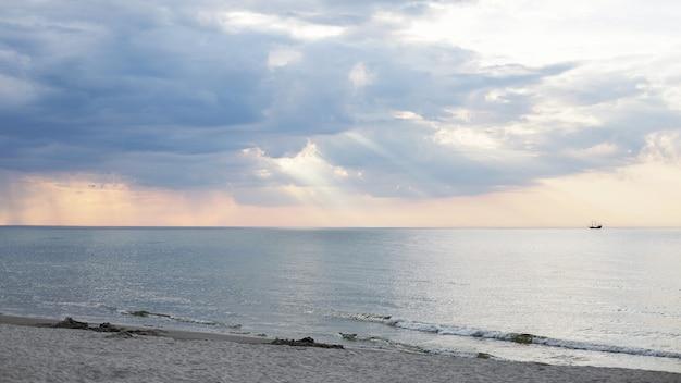 Zachód słońca na plaży w ustce, morze bałtyckie, polska