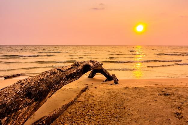 Zachód słońca na plaży