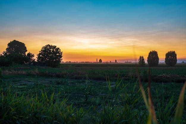 Zachód słońca na polach wiejskich w okresie letnim