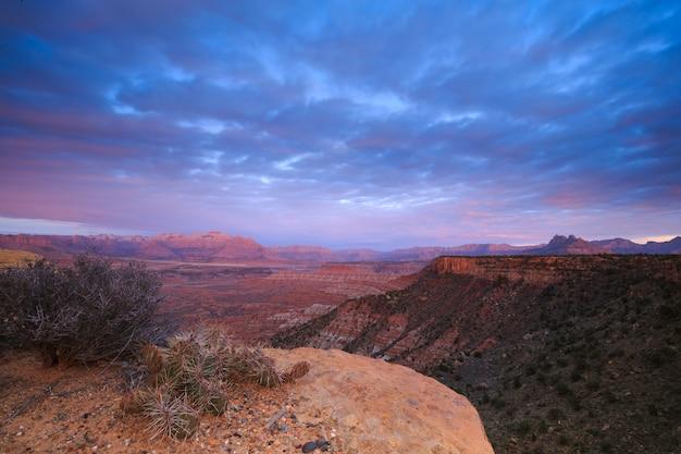 Zachód słońca na południowym pustyni w stanie utah