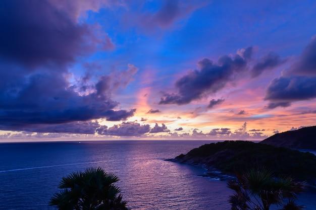 Zachód słońca na przylądku phrom thep, malowniczym punkcie wyspy phuket, perła morza andamańskiego, to miejsce jest popularne wśród turystów