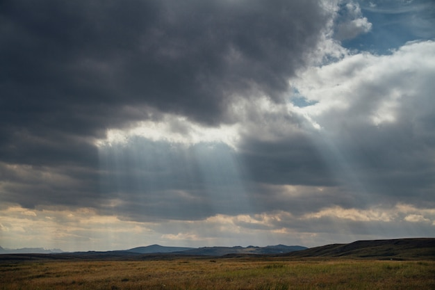 Zachód słońca na pustyni, promienie słoneczne świecą przez chmury. płaskowyż ukok ałtaju