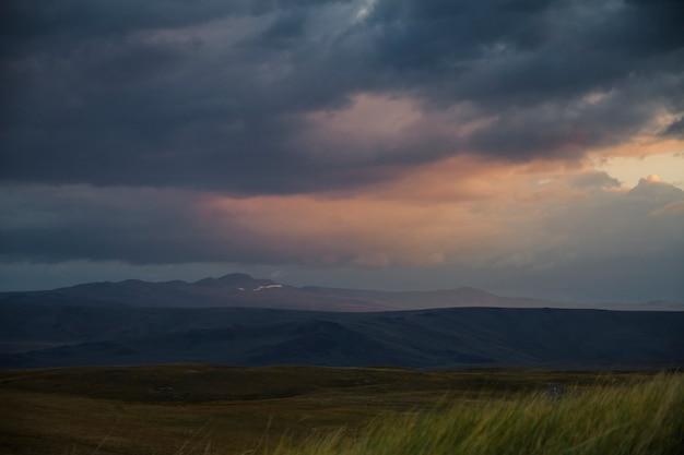 Zachód słońca na pustyni, promienie słoneczne świecą przez chmury. płaskowyż ukok z ałtaju