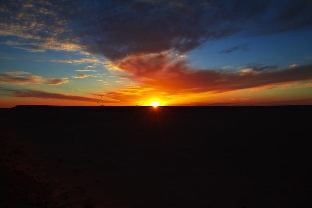 Zachód słońca na saharze w sercu afryki