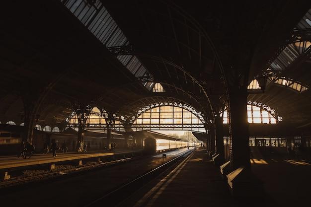 Zachód słońca na stacji kolejowej