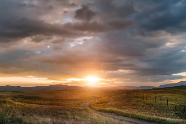 Zachód słońca na stepie, piękne wieczorne niebo