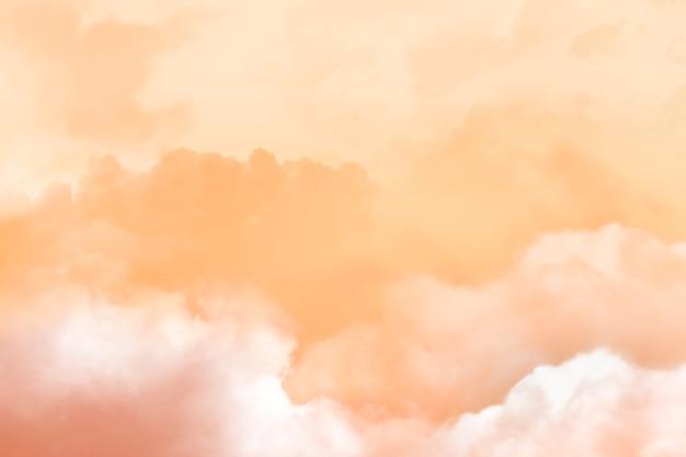Zachód słońca na tle nieba i chmur