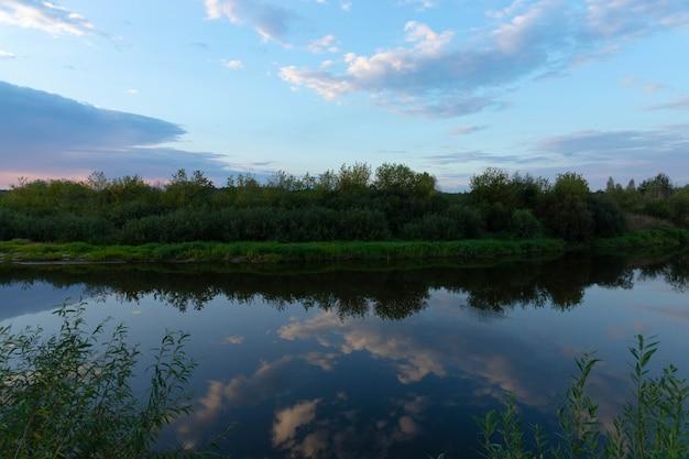 Zachód słońca na wolności nad rzeką.