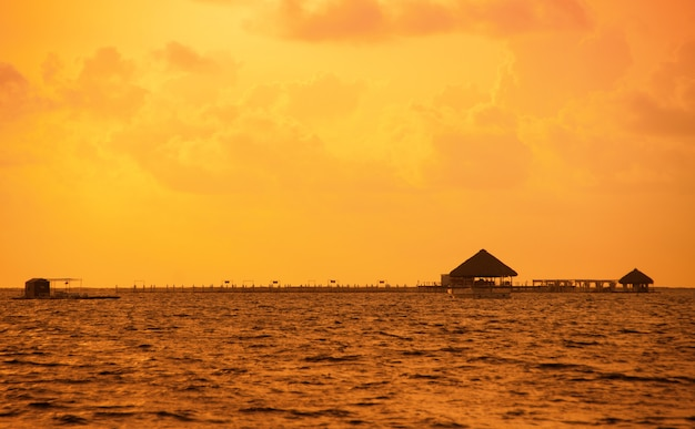 Zachód słońca na wybrzeżu morza karaibskiego. dominikański zachód słońca.