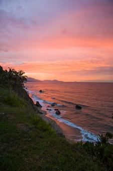 Zachód słońca na wybrzeżu santa marta, kolumbia