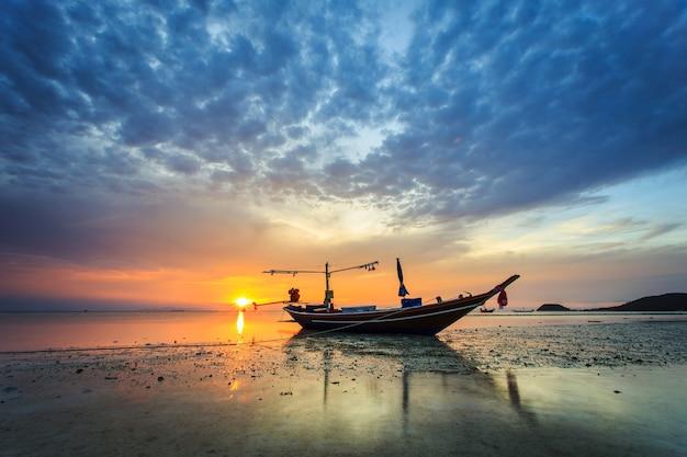 Zachód słońca na wyspie samui, tajlandia
