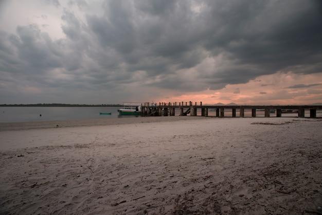 Zachód słońca na wyspie superagui, w stanie parana, w południowo-wschodniej brazylii