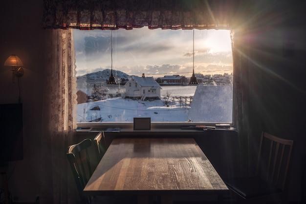 Zachód słońca na zasłonę ze stołem