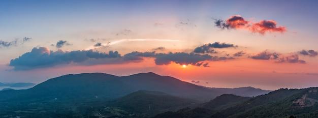 Zachód słońca nad górami w tajlandii. panorama krajobrazowa