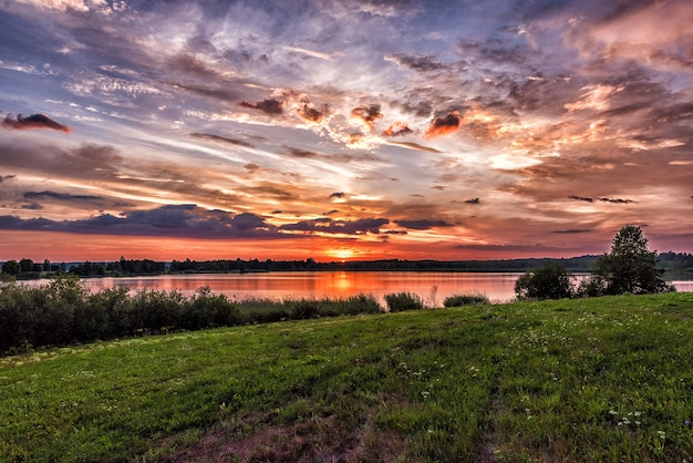 Zachód słońca nad jeziorem latem