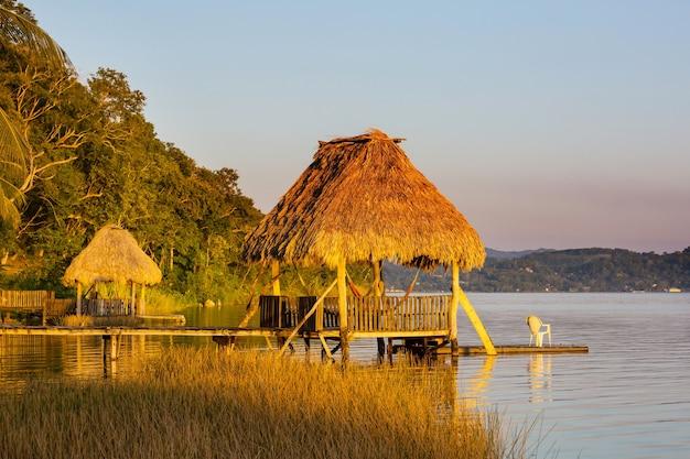 Zachód słońca nad jeziorem peten itza, gwatemala. ameryka środkowa.